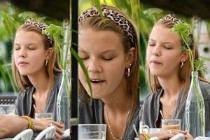 Naturalna Iga Lis grymasi i liże łyżkę w restauracji (ZDJĘCIA)