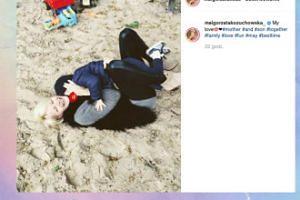 Małgorzata Kożuchowska tarza się z synkiem po piasku