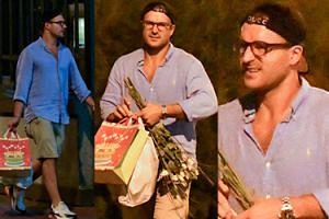 Piotr Stramowski pod osłoną nocy niesie kwiaty i prezenty dla żony (ZDJĘCIA)