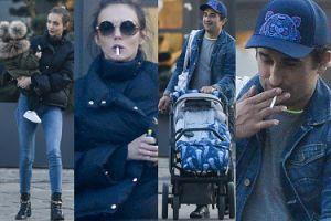 Misiek Koterski i Marcela Leszczak w jeansowych stylizacjach palą papierosy na spacerze z synem