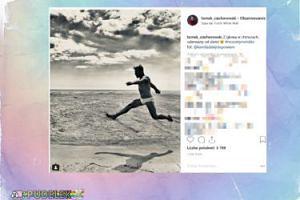 Ciachorowski skacze po plaży w białych slipkach