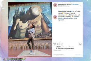 Zamyślona Natalia Siwiec podziwia dzieła Salvadora Dali