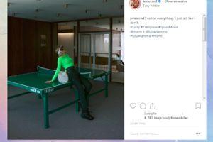 Jessica Mercedes pokłada się na stole do pingponga