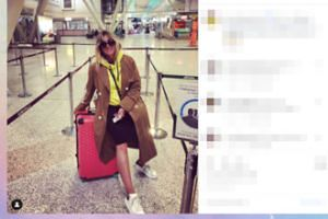 Rozłożona na walizce Karolina Szostak gra nogą o uwagę