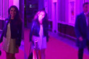 Dziewczęca Beata Tadla z przyjacielem na urodzinach teatru