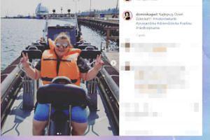 Odziana w kamizelkę Dominika Gwit szaleje na motorówce