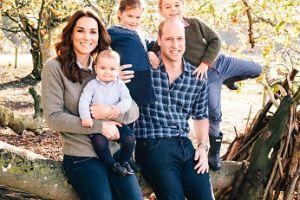 Są już świąteczne kartki brytyjskiej rodziny królewskiej! Meghan i Harry postawili na nietypową wersję... (FOTO)
