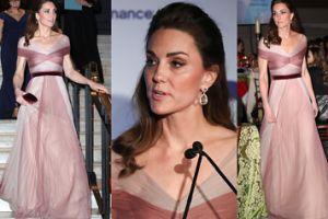 Księżna Kate niczym wróżka z bajki kroczy po schodach na charytatywnej gali (ZDJĘCIA)