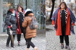 Dominika Gwit w czerwonym płaszczu i... kocu pozuje z fanami