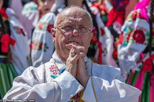 """Biskup krytykuje """"spodloną Warszawkę"""": """"Chryste, roztrzaskaj glinianych idoli LGBT, CO PO LUDZKU GRZESZYĆ NIE POTRAFIĄ"""""""