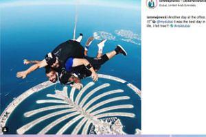 Daniel Majewski skacze ze spadochronem w Dubaju