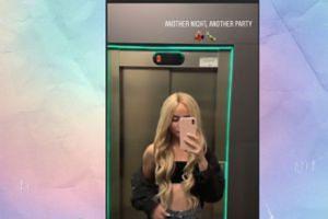 Wystylizowana na blond Angelika Mucha zjeżdża windą na imprezę