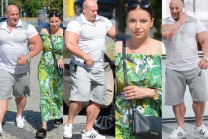 Robert Burneika w bardzo opiętej koszulce prowadzi ciężarną żonę (ZDJĘCIA)