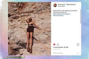 Jessica Mercedes w skórzanych sandałach pozuje nieskładnie na greckich skałach