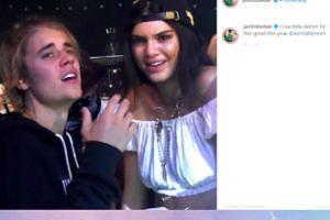 Justin Bieber chwilę przed kichnięciem pozuje przy Kendall Jenner