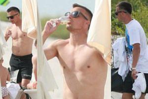Zawieszony za brutalny faul Sławek Peszko w kąpielówkach za 1500 złotych popija prosecco na plaży (ZDJĘCIA)