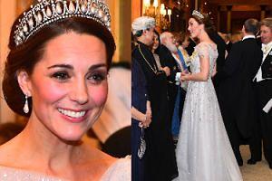 Księżna Kate błyszczy w sukni wyszywanej diamentami i tiarze Diany na przyjęciu w Pałacu Buckingham (ZDJĘCIA)