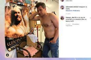 Michał Żebrowski pozuje z wiedźminem z plakatu