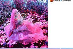 Różowa Nicki Minaj zagubiona w kwiatach