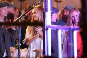 Brad Pitt bawi się na koncercie z tajemniczą blondynką (ZDJĘCIA)