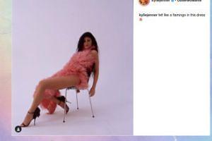 """Flamingowa"" Kylie Jenner leży na krześle"