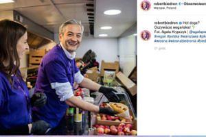 Robert Biedroń serwuje wegańskie hot-dogi