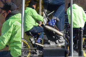 Neonowy Kuba Wojewódzki śmiga przez miasto na rowerze za 10 tysięcy złotych (ZDJĘCIA)