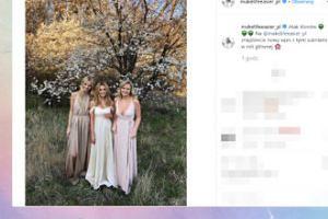 """Kasia Tusk """"zaatakowana przez klony"""" pozuje pod kwitnącym drzewem"""