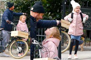 Liev Schreiber na rowerze z 10-letnim synem wyglądającym jak dziewczynka (ZDJĘCIA)