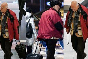 Korwin-Mikke błąka się z walizką po galerii handlowej