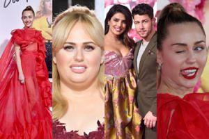 Elegancka Miley i zakochani Nick z Priyanką promują się na premierze nowego filmu Rebel Wilson (ZDJĘCIA)
