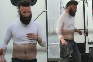 Zarośnięty Keanu Reeves wietrzy brzuch na planie nowego filmu (FOTO)