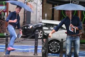Smutny Kraśko z parasolką pokonuje miejskie przeszkody (WIDEO)