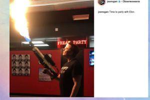 Elon Musk bawi się miotaczem ognia