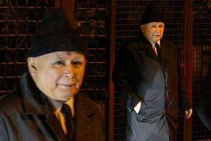 Jarosław Kaczyński założył modną czapkę na czubek głowy (ZDJĘCIA)