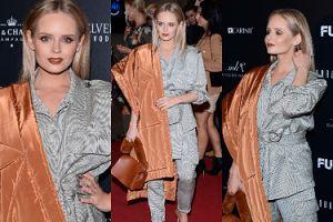 Ciężarna Olga Kalicka gra płachtą na pokazie mody (ZDJĘCIA)