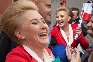 Rozradowana Agata Kornhauser-Duda rozdaje flagi mieszkańcom stolicy (FOTO)