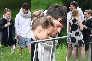 Kasia Sawczuk z chłopakiem spacerują i śmieją się do telefonu (ZDJĘCIA)