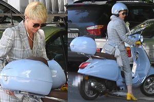 Joanna Racewicz w kraciastym garniturze mknie na skuterze