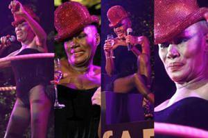 70-letnia (!) Grace Jones wygina się z hula hop (ZDJĘCIA)