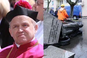 """Przewrócono pomnik prałata oskarżonego o pedofilię. """"Pomnik ks. Jankowskiego dzisiaj ma wrócić na miejsce"""""""