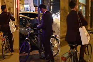 Elegancki Jan Kliment odjeżdża na rowerze po wyborach Miss Warszawy