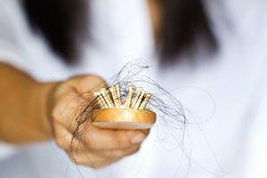 wypadające włosy po porodzie pomóżcie