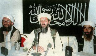 Osama bin-Laden (pośrodku), zdjęcie z 2001 roku
