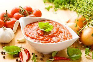 Sos pomidorowy z dodatkiem cebuli w puszce