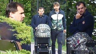 Znudzony Marcin Dubieniecki z synkiem na spacerze (ZDJĘCIA)
