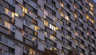 Wykupili mieszkanie komunalne za 18 tys. zł. Szybko je sprzedali i zbudowali dom. Miasto chciało pieniędzy