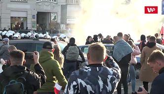 Granaty hukowe i gaz łzawiący. Przeciwnicy obostrzeń wyszli na ulice Warszawy