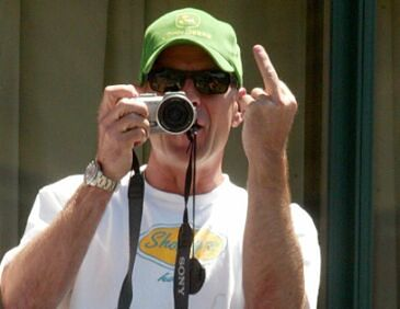 Bruce Willis skopie tyłek każdemu