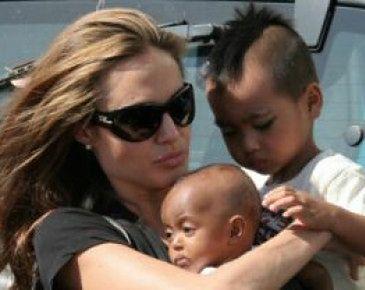 Angelina Jolie urodzi bliźniaczki!